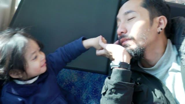 電車で旅行する女の赤ちゃんと幸せな父親 - 娘点の映像素材/bロール