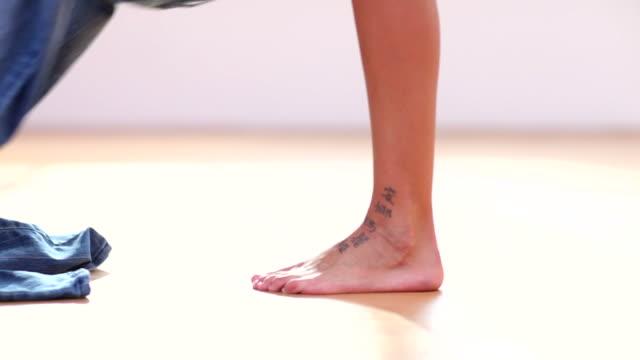 happy feet - byxor bildbanksvideor och videomaterial från bakom kulisserna