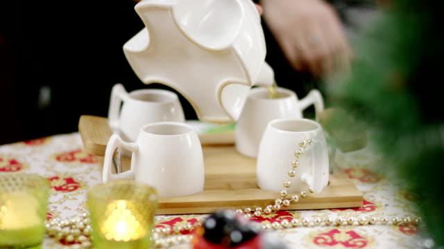 お茶を飲むとソファの上に自宅でパーティー話幸せな女性の友人 - ソーサー点の映像素材/bロール