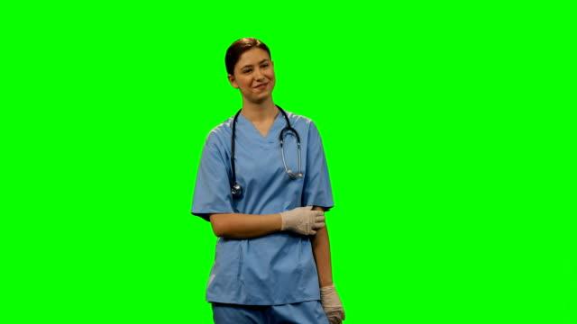 vídeos de stock, filmes e b-roll de feliz cirurgiã de pé contra uma tela verde - 16 17 anos