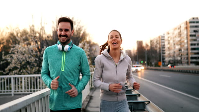 vídeos de stock e filmes b-roll de happy friends and sports people jogging and running outdoor - roupa desportiva