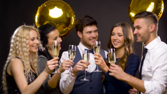 vídeos de stock, filmes e b-roll de amigos felizes, tilintar de copos de champanhe na festa - sul europeu