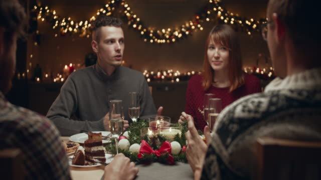 glückliche freunde klirren weingläser am weihnachtstisch - kloß stock-videos und b-roll-filmmaterial