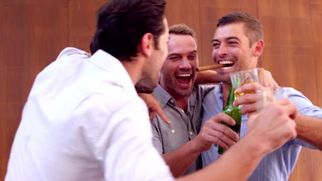 i̇çme ve puro tutan mutlu arkadaşlar - puro stok videoları ve detay görüntü çekimi