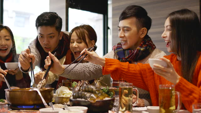 szczęśliwi przyjaciele cieszą się kolacją w gorącej restauracji - happy holidays filmów i materiałów b-roll