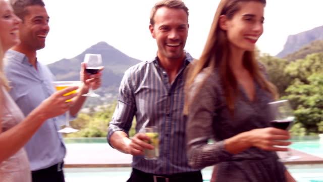 счастливый друзей на напитком вместе - 30 39 лет стоковые видео и кадры b-roll