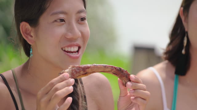 stockvideo's en b-roll-footage met happy vrienden na de lunch op het strand. - oost azië