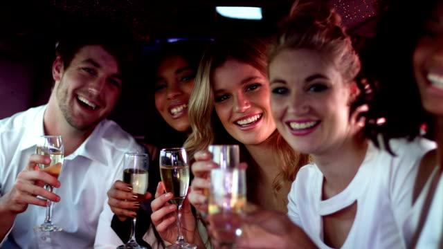 Heureux amis tenant Champagne - Vidéo