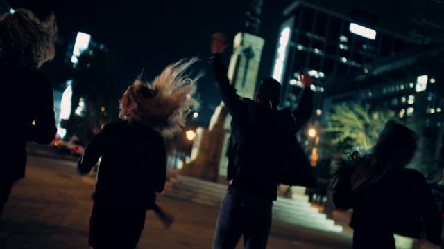 ご友人が街でのナイトライフをお楽しみいただけます。 - ストリートファッション点の映像素材/bロール