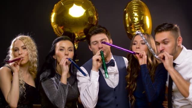 vídeos de stock, filmes e b-roll de amigos felizes com balões e festa ventiladores - sul europeu
