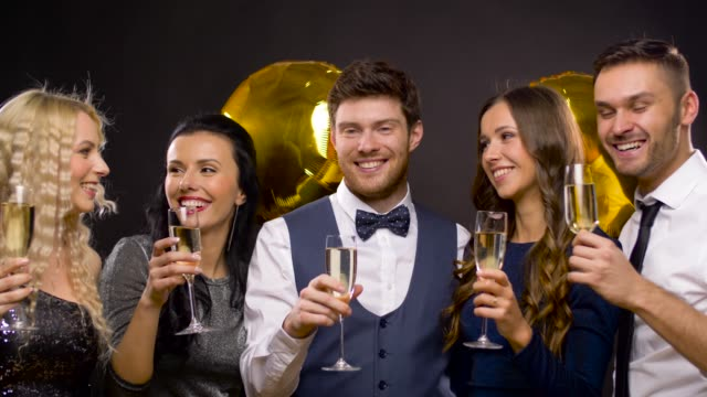 vídeos de stock, filmes e b-roll de amigos felizes com taças de champanhe na festa - sul europeu