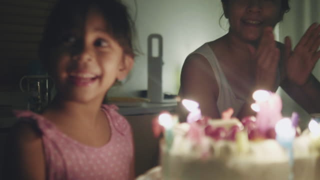 vídeos de stock e filmes b-roll de happy girl celebrating her birthday party at home - aniversário