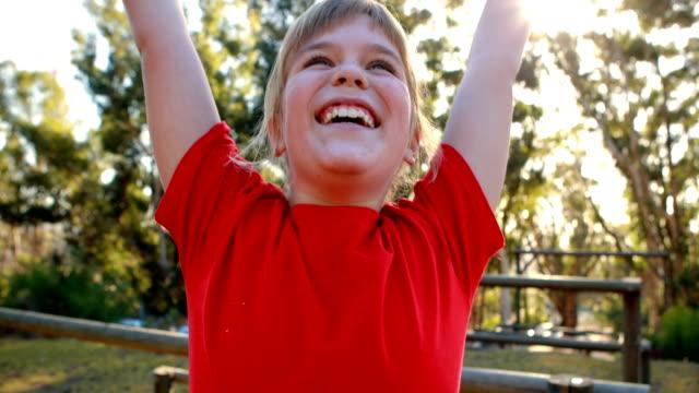 Glückliches Mädchen jubeln im Ausbildungslager – Video