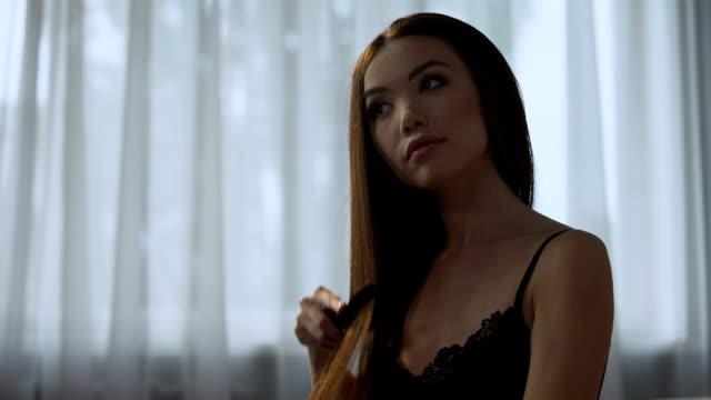 幸せな女の子がシャンプーで洗浄後エレガントな美しい髪を整えたり - ブラシ点の映像素材/bロール