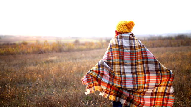 vídeos y material grabado en eventos de stock de chica feliz disfrutando de la vida y la libertad en otoño sobre la naturaleza - moda de otoño