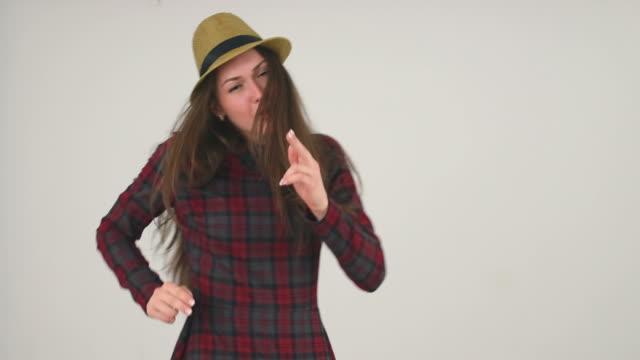 ragazza in cappello felice danza - mani sui fianchi video stock e b–roll