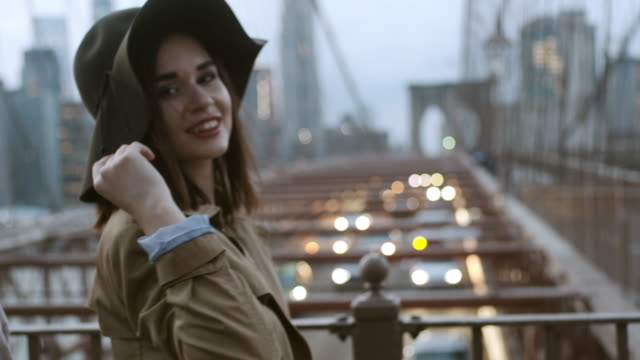 vidéos et rushes de happy girl s'amuse sur le pont. brooklyn, new york. - haute couture