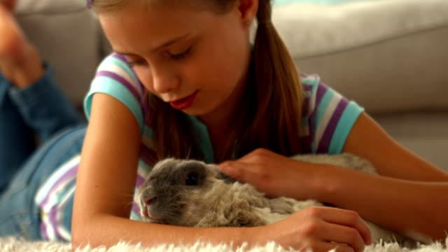 happy girl with pet rabbit - tavşan hayvan stok videoları ve detay görüntü çekimi