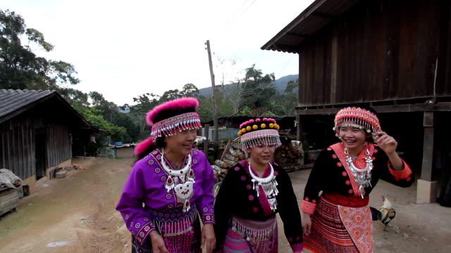 happy-gruppe von frau bergstämme genießen während des gesprächs - tradition stock-videos und b-roll-filmmaterial