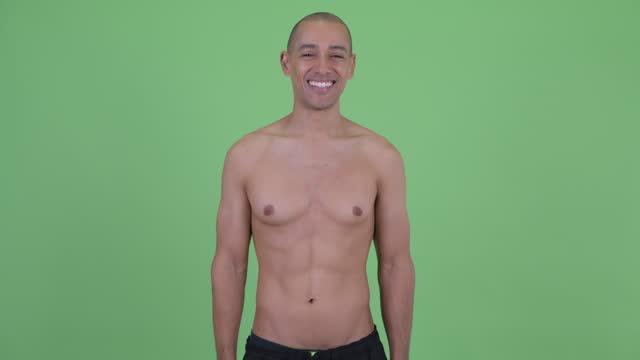 glücklich stattliche glatzende muskulösen multi ethnischen mann shirtless - nackter oberkörper stock-videos und b-roll-filmmaterial