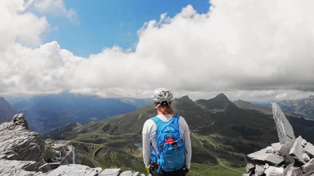 glad vandrare som springer i bergen - wengen bildbanksvideor och videomaterial från bakom kulisserna