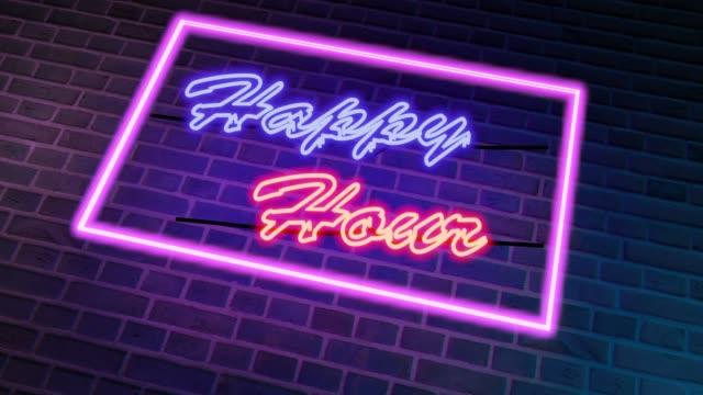 happy hour cartello al neon fuori da un pub o bar per bere - 4k - happy hour video stock e b–roll