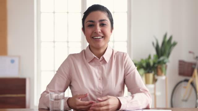 glad indisk affärskvinna som gör videokonferens samtal på kontoret - huvud bildbanksvideor och videomaterial från bakom kulisserna