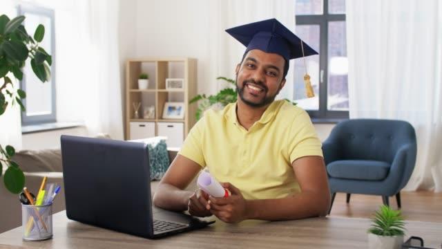 gelukkige Indische student met diploma thuis video