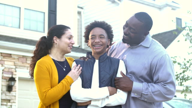 vídeos de stock e filmes b-roll de happy interracial family in front of home - afro americano