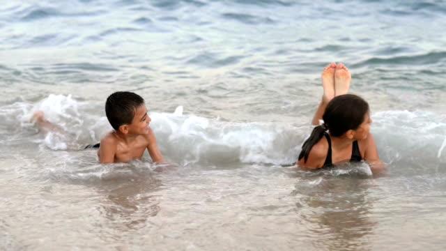 海での幸せな子供遊び - 兄弟点の映像素材/bロール