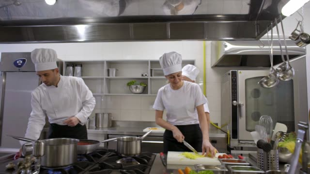 vídeos de stock e filmes b-roll de happy kitchen crew with chef singing and dancing while cooking - utensílio