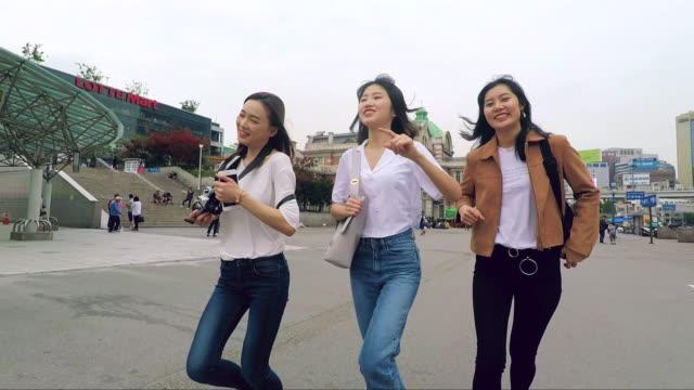 vídeos de stock, filmes e b-roll de felizes amigos coreanos funcionando juntos - coreia