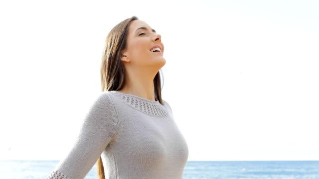glückliche dame atmen frischen luft am strand - atemübung stock-videos und b-roll-filmmaterial