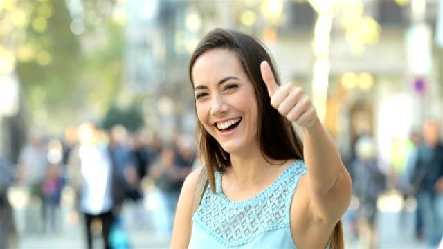 mutlu kadın el başparmak sokak - thumbs up stok videoları ve detay görüntü çekimi
