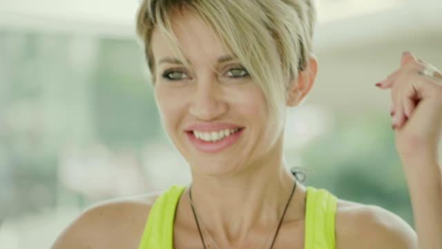 stockvideo's en b-roll-footage met gelukkig lifes - vrouwelijkheid