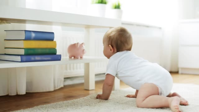 happy little baby in living room at home - stare in piedi video stock e b–roll
