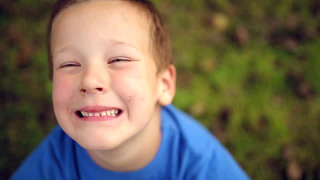 felice ragazzino  - solo bambini maschi video stock e b–roll