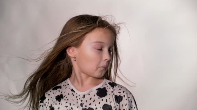 happy little girl fluttering hair. - spettinato video stock e b–roll