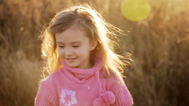 glückliches kleines mädchen am sonnenuntergang - ballettröckchen stock-videos und b-roll-filmmaterial