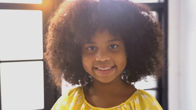 vídeos de stock e filmes b-roll de happy little smile african girl - afro americano