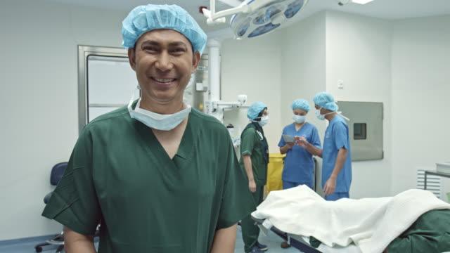 Feliz Malaio cirurgião na sala de cirurgia - vídeo