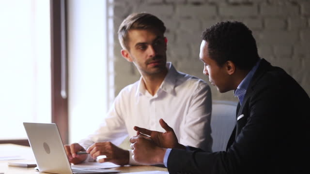 幸せな男性白人クライアント握手アフリカのマネージャー契約 - 投資家点の映像素材/bロール