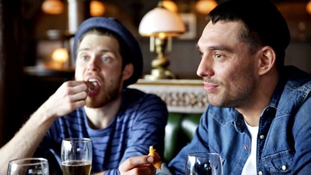 ハッピーな男性ご友人とビールを飲むバーやパブ - おやつ点の映像素材/bロール