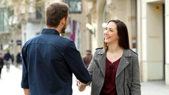 vídeos de stock, filmes e b-roll de feliz handshaking de homem e mulher na rua - chat