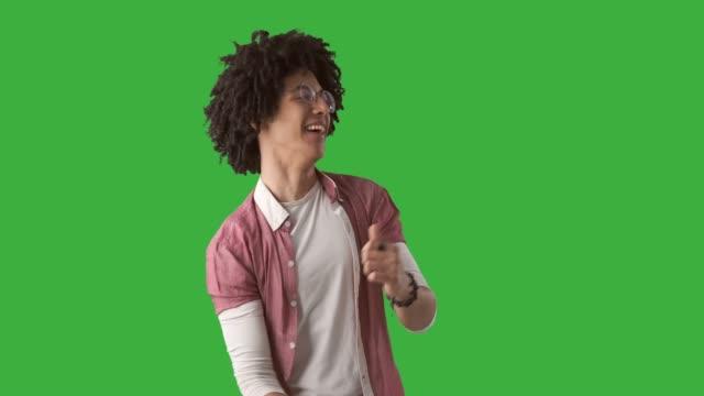 vídeos y material grabado en eventos de stock de happy man bailando sobre fondo verde - verde color