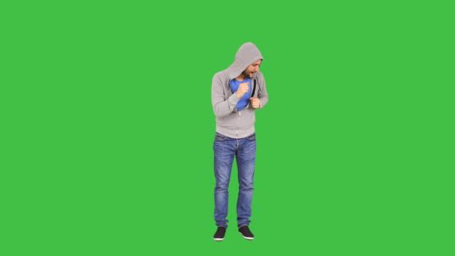 glücklicher mann tanzen - ganzkörperansicht stock-videos und b-roll-filmmaterial