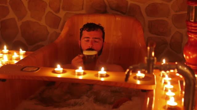 행복한 남자 헝가리식 맥주 스파 프라하 - 스파 온천 스톡 비디오 및 b-롤 화면