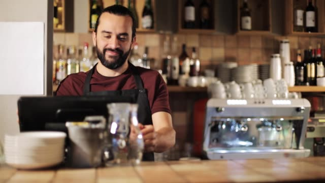 glücklicher mann oder kellner an kasse in coffee-shop - bedienungspersonal stock-videos und b-roll-filmmaterial