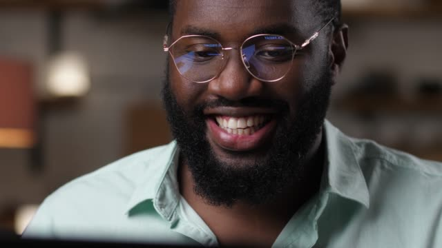 glücklicher mann freut sich über den verkauf am schwarzen freitag am laptop - tablet mit displayinhalt stock-videos und b-roll-filmmaterial