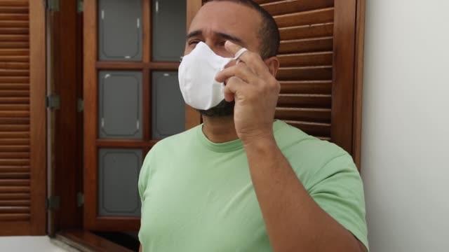 vídeos de stock e filmes b-roll de happy man taking off their mask - remover